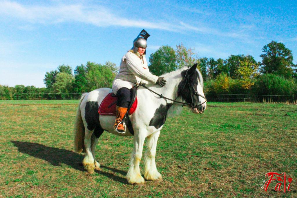 Femmes guerrières guerrieres Médiéval medieval Fati Reims Combat Cascade épée épées epees epee escrime troupe compagnie cie animation armes armure moyen age tir à l'arc cheveux cheval equestre équestre equidé