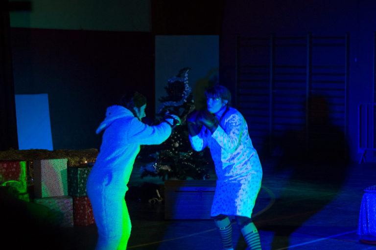 spectacle show noël cie du fati compagnie troupe cascade combat enfant féerique féerie feerique feerie magie père-noël noel théatre jeunes tout public portés acrobatiques danse jonglage lumineux original participatif ludique reims